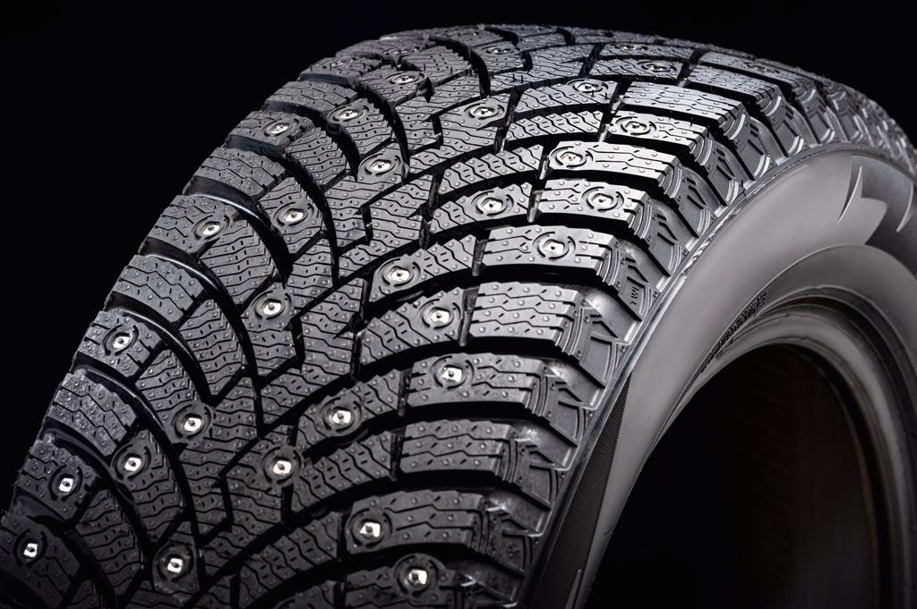 Un neumático de invierno: tacos grandes y estrías abundantes para facilitar el agarre y expulsar el agua.