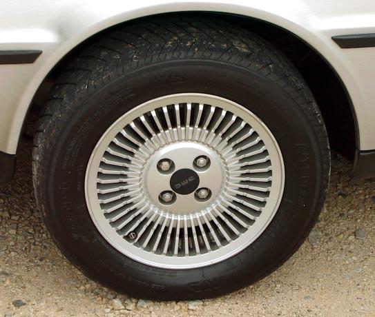 Mike Babb: Rueda de un DeLorean de 1981. Fuente: Wikimedia. Licencia Creative Commons 3-0